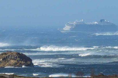 Rescate extremo de 1.300 pasajeros a bordo de un crucero averiado en la costa de Noruega