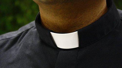 Acusan a un pastor y presidente de un colegio bíblico de abusar sexualmente de un estudiante en un avión