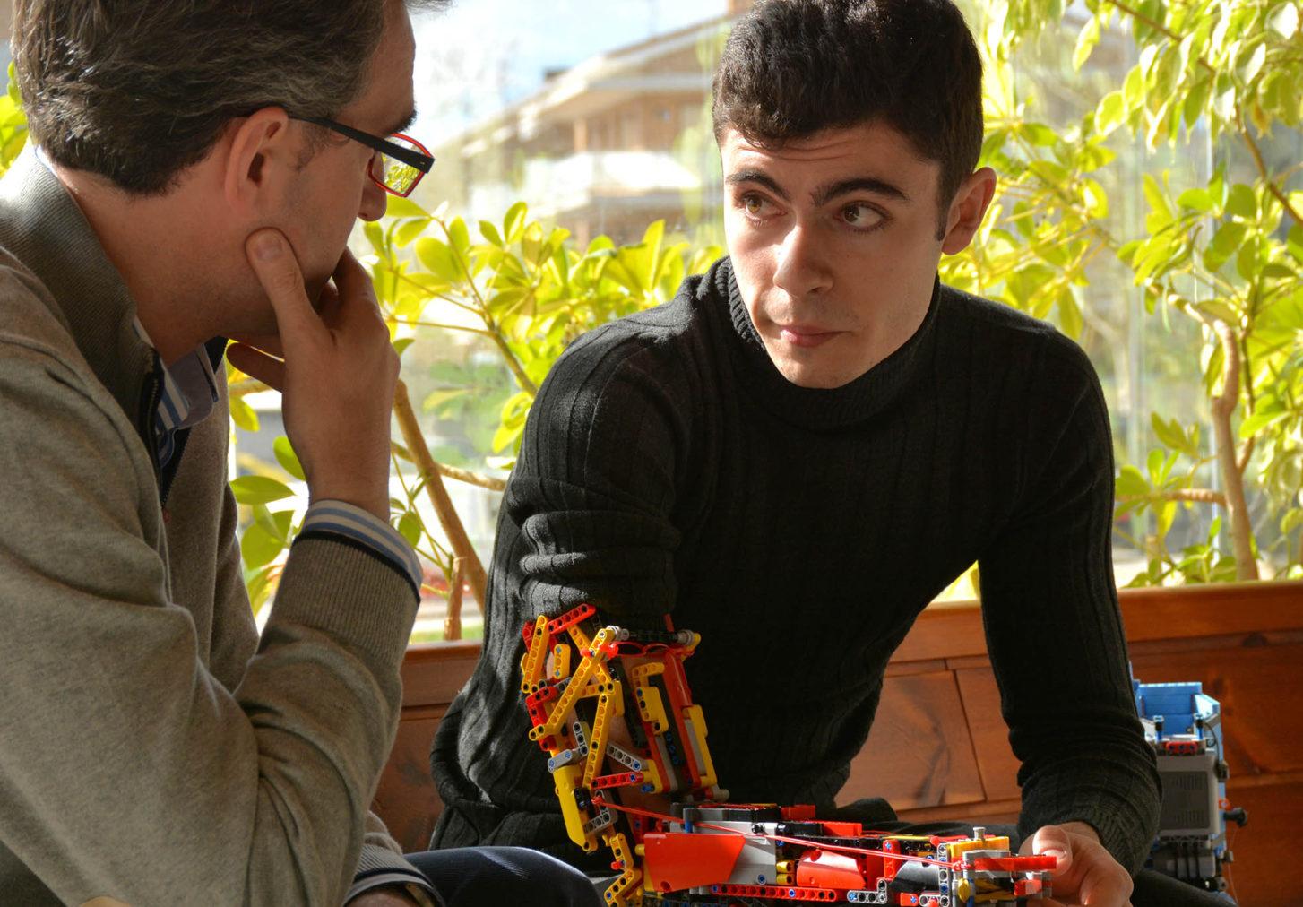 Vídeo: Joven talento fabrica sus prótesis de brazo con piezas de Lego