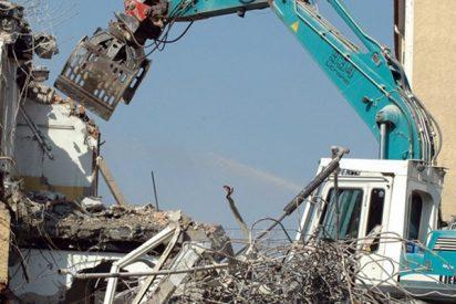 Obrero con muy mala leche se graba demoliendo casas en venganza por no cobrar