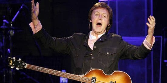 """Paul McCartney cantaba """"Hey Jude"""" en un estadio de Argentina y sucedió algo inesperado a las afueras del lugar"""