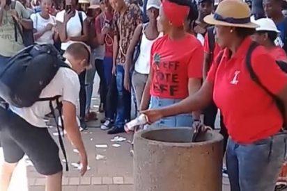 Este chico arrasa en la Red por recoger la basura que dos mujeres arrojan al suelo una y otra vez