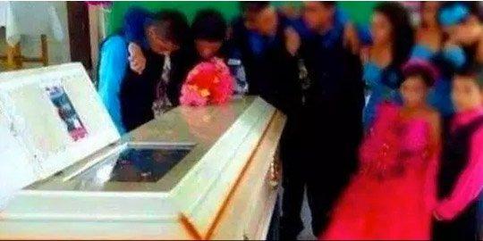Insólito: Quinceañeros bailan alrededor del ataúd de su compañera muerta