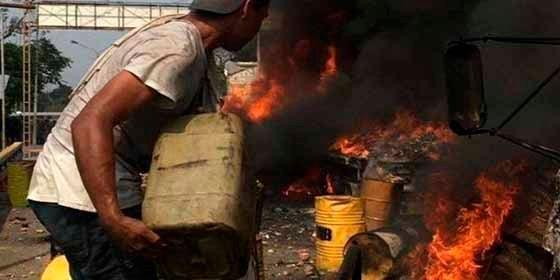 AFP desmontó la farsa de Telesur según la cual un hombre de Guaidó había quemado la ayuda humanitaria