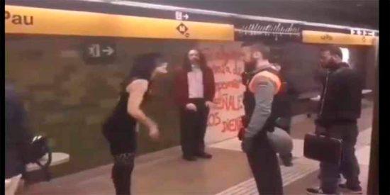 """La feminista feroz empuja al vigilante del Metro: """"Soy mujer, tienes que hacer la vista gorda"""""""