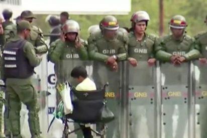 Militares chavistas impiden que un niño en silla de ruedas acceda a Venezuela