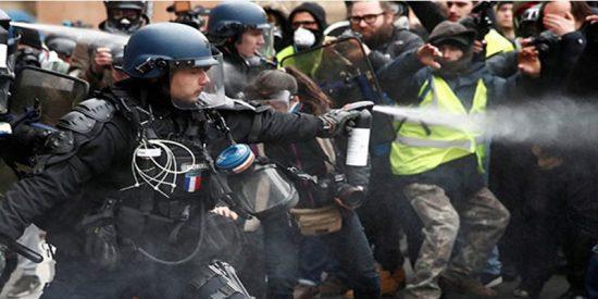 Este policía francés rocía con gas pimienta a un activista de los 'chalecos amarillos' en silla de ruedas
