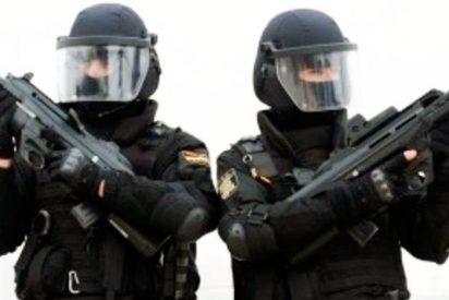 Borracho y sin carnet, atropella a dos policias del GOES de paisano que cruzaban un paso de cebra