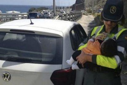 Esta guardia civil cuida de un bebé cuyo padre había sufrido un amago de infarto al volante