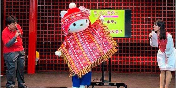 """""""Hello Kitty"""" aparece en Japón usando chullo y poncho peruano"""