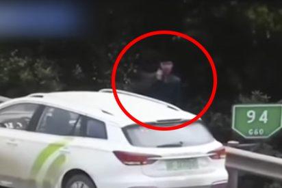 Este hombre sale de su coche para pedir ayuda en una carretera y se salva por segundos de ser arrollado por un camión