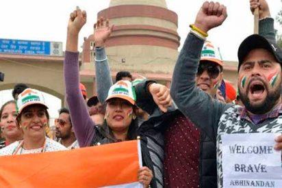 Pakistán libera al piloto indio capturado en un gesto de paz hacia su poderosa vecina