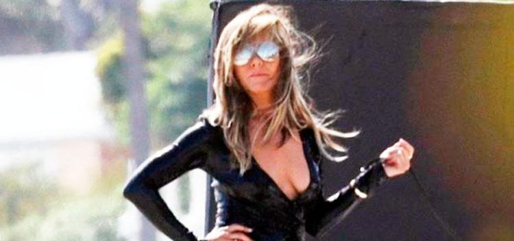 El provocador posado de una escultural Jennifer Aniston con un 'descocado' vestido de latex