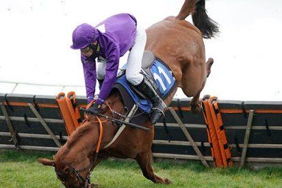Así fue el terrible momento en que un caballo de carreras aplasta a su jinete