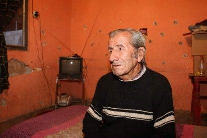 Familia adopta a un abuelo que dormía en un auto abandonado: Su vida cambió para siempre