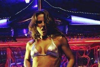 El 'pole dance' de Kate del Castillo en un llamativo bikini