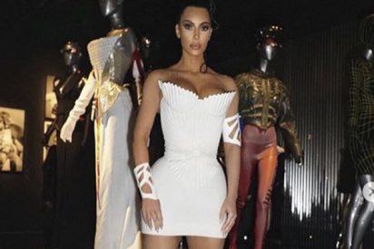 Kim Kardashian se calza este mini vestido a lo Jennifer López y Shakira
