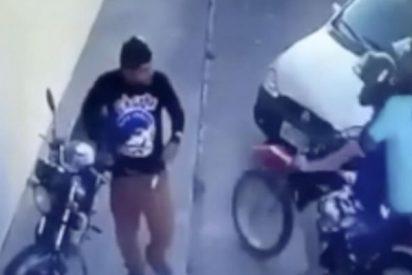 El ladrón mas torpe del mundo intenta robar una moto y pasa esto…