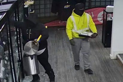 Estos 2 ladrones protagonizan un esperpéntico robo en una tienda de cigarrillos electrónicos