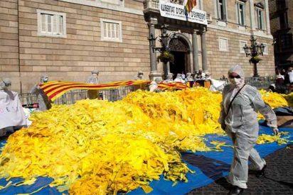 Constitucionalistas catalanes vuelcan miles de lazos amarillos frente al Palau de la Generalitat independentista