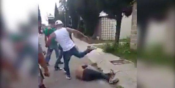 VÍDEO: Vecinos golpean sin piedad a presunto ladrón en México