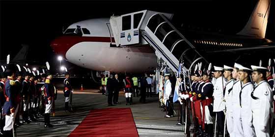 El avión de los reyes rozó el techo de la aeronave de Macri en su llegada a Argentina
