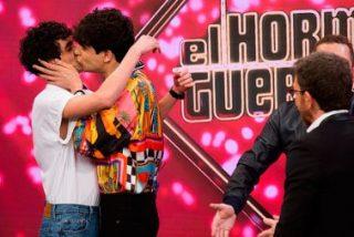Pablo Motos casa a 'Los Javis' en directo en 'El Hormiguero' con El Monaguillo como testigo