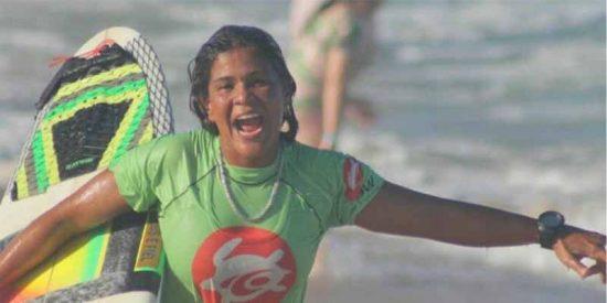 La campeona de Brasil de surf muere fulminada por un rayo mientras entrenaba en el mar