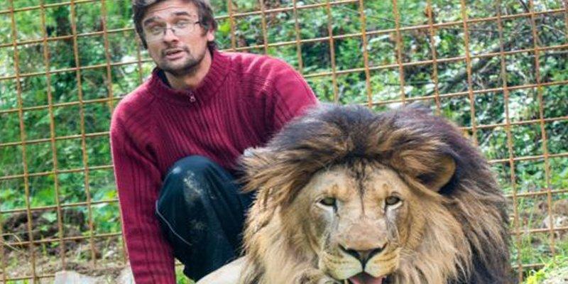 Este es Michal Prasek, el hombre que murió tras ser atacado por el león que criaba en el patio de su casa