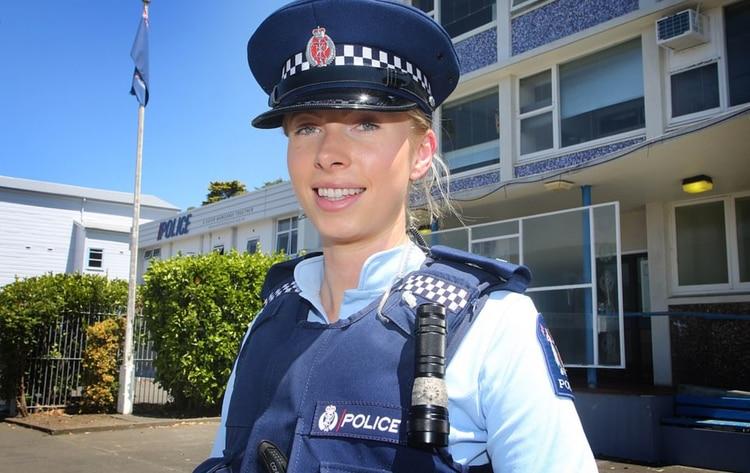 Foto: La imagen viral de una policía tras la masacre de Nueva Zelanda
