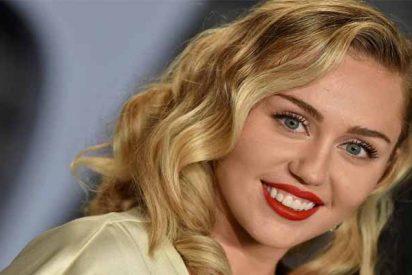 Miley Cirus se vuelve a quitar la ropa y se tumba en cueros vivos al sol