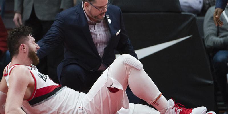 Este árbitro de la NBA golpea la pierna rota de un jugador y recibe duras críticas