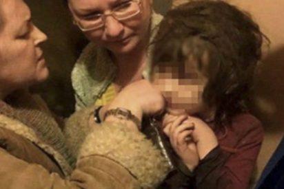 Rescatan a esta niña de 5 años abandonada entre la basura, desnutrida y sin saber hablar