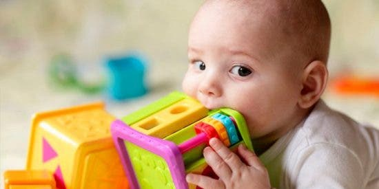 Sufre daño cerebral permanente por chupar sus juguetes