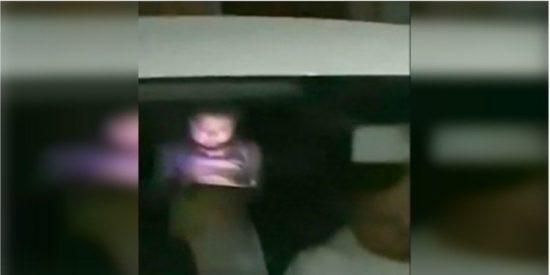 VIDEO: Niña juega inmutable con su tablet mientras su padre muere baleado
