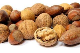 Comer nueces te puede ayudar a frenar el aumento de peso que viene con la edad