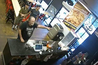 Racista accede a una taquería mexicana e insulta a los trabajadores porque el menú está en español