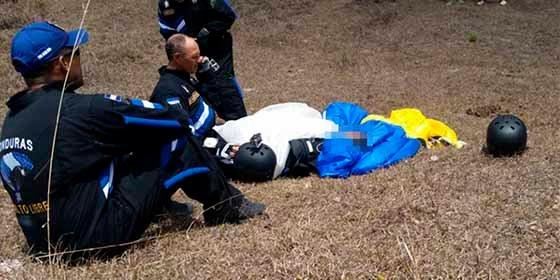 Vídeo: Falla el paracaídas y muere en el acto un militar hondureño durante una demostración