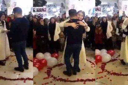 La Policía iraní arresta a esta pareja porque el joven propuso matrimonio a su novia en público