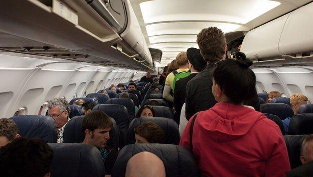 Un obeso ocupa parte de su asiento en un avión y le cobra 150 dólares por las molestias