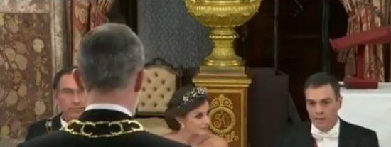 El vídeo de 9 segundos del nuevo ridículo 'cantinflesco' de Sánchez ante Felipe VI