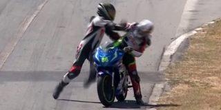 Los pilotos se pelean en plena carrera de motos tras un accidente surrealista