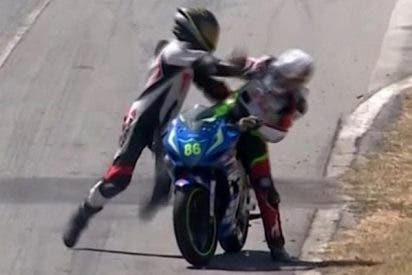Los pilotos se pelean en plena carrera de motos tras un accidente surrealista