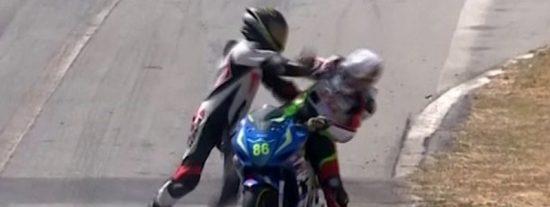 Estos pilotos se pelean en plena carrera de motos tras un accidente surrealista