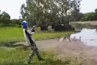 Estos dos jóvenes pescaban en un río cuando fueron sorprendidos por un cocodrilo