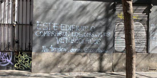 """Grafitean el lujoso edificio comprado por empresarios chavistas en Madrid: """"No tendrán donde esconderse"""""""