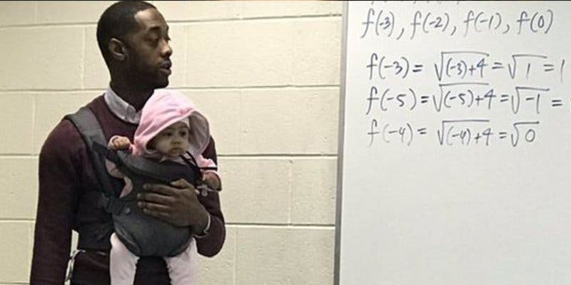 Este profesor universitario cuidó durante su clase la bebé de un alumno
