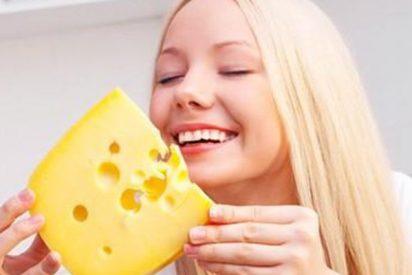 'Cheese challenge': ¿Sabes por qué los padres lanzan rodajas de queso a sus bebés?