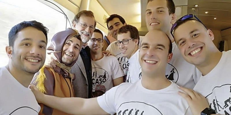 Estos chavalotes en despedida de soltero con un 'cucaracha', logran que Rajoy se tome un whisky con ellos