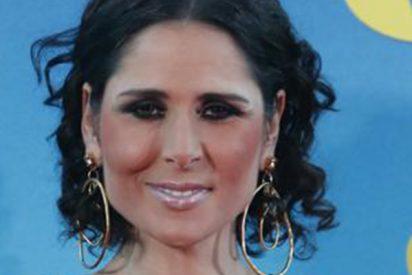 ¡Qué horror! ¿Pero quién le ha hecho este maquillaje a Rosa?